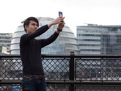 selfie time (Cosimo Matteini) Tags: street people london architecture pen cityhall candid olympus tourist foster normanfoster morelondon selfie m43 mft ep5 cosimomatteini mzuiko45mmf18 selfietime