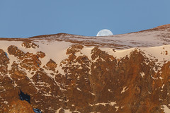 Moon Set from the Mono Basin (Jeffrey Sullivan) Tags: california morning copyright usa moon mountain snow jeff nature set canon landscape eos dawn photo mark iii full handheld 5d sullivan 400mm easternsierra 2016 monocounty monobasin canon2xiiiteleconverter ef70200mmf4islseries