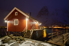 Rorbu au crpuscule [ les Lofoten ~ Norvge ] (emvri85) Tags: lofoten norvge norway zeiss neige snow hamny maison house montagnes mountains nordland hiver winter 21mm