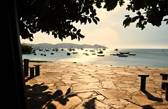 posso te sentir chegando... Vero!!!!! (Ruby Ferreira ) Tags: regiodoslagosrj bzios branches trees barcos boats bench sidewalk shadows calada hills sparkling