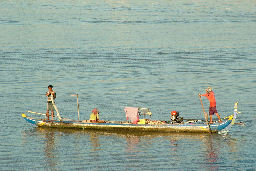 Traditional-boat-used-on-Cambodian-rivers-and-lakes