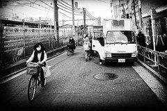 Activités (www.danbouteiller.com) Tags: japan japon japanese japonais city ville people urban tokyo nakano photo de rue street streetlife streetshot streets cityscape canon canon5d 5d 5d2 5dm2 5dmk2 samyang samyang14mm 14mm bike velo femme woman truck camion monochrome black white noir et blanc bw nb noiretblanc blackwhite blackandwhite