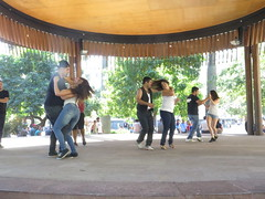 "Bachata sur la plaza de armas <a style=""margin-left:10px; font-size:0.8em;"" href=""http://www.flickr.com/photos/83080376@N03/17261460225/"" target=""_blank"">@flickr</a>"