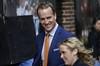 El mariscal de los Broncos de Denver, Peyton Manning, llega para el episodio final del Late Show with David Letterman ayer miércoles, en Nueva York. (EFE)