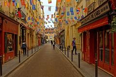 Paris / Rue Guisarde / Saint-Germain-des-Prs (Pantchoa) Tags: paris france rueguisarde guirlandes photoderue nikon d7100 24mmf18ged lenfancedelard auplatdtain saintgermaindesprs restaurants