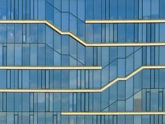 leiterplattenfassade | c/sofia | 1606 (feliksbln) Tags: sofia edificio de oficinas office building brogebude geometrie geometry geometra lines linien lneas fassade fachada facade front architektur architecture arquitectura abstrakt abstracto abstract fenster window ventana minimal minimalism minimalismo abstracture geometrisch geomtrico geometric minimalismus