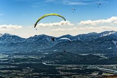 Gleitschirme vor Alpen (novofotoo) Tags: natur berge landschaft abstrakt gleitschirmfliegen paragleiten gerlitzenalpenstrase