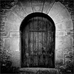 Puerta al misterio (edu_izu) Tags: door bw blancoynegro blackwhite puerta