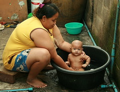 bathing the baby (the foreign photographer - ) Tags: woman baby black portraits canon naked nude thailand kiss bangkok fat rubber tub bathing khlong bangkhen thanon 400d
