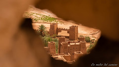 Espiando por un agujerito de la pared/Spying through a little hole in the wall (En medio del camino) Tags: africa brown verde green wall hole morocco fortaleza marruecos fortress muralla kasbah hueco frica marrn atbenhaddou