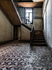 Empezando a subir (Perurena) Tags: light luz window ventana madera decay escaleras escalones abandono urbex barandilla seminario vestibulo peldaos pasamanos urbanexplore