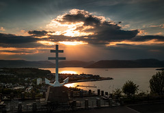 The Free French Memorial (GenerationX) Tags: sunset sea sky mountains water statue clouds river landscape evening scotland clyde greenock unitedkingdom dusk scottish neil hills anchor gb rays gourock barr gloaming kilcreggan inverclyde firthofclyde lylehill crossoflorraine rosneathpeninsula freefrenchmemorial canon6d gourockbay