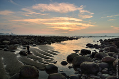 An omen of Summer (szintzhen) Tags: sunset sky cloud reflection beach water rock taiwan       sunglow      newtaipeicity