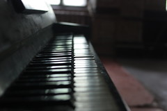 (Basmenden) Tags: old piano