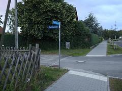 Zeesen_e-m10_1006306659 (Torben*) Tags: rawtherapee olympusomdem10 olympusm17mmf18 zeesen brandenburg puschkinstrasse dahlienstrasse strassenschild streetsign zaun fence sidewalk buergersteig königswusterhausen