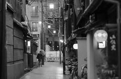 streetlife1-9817 (math.buechel) Tags: street bw japan blackwhite nikon kyoto d strasse streetphotography streetlife sw gion schwarzweiss bnw strassenszene streetphotographie strassenleben strassenfotografie streetfotografie d7000 nikond7000
