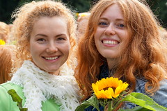 tournesol (e) Tags: girls red portrait rot girl smile hair rouge ginger women retrato femme posing days redhead retratos portraiture sunflower stunning sonrisa gals breda ros rood rosso sourire vrouw girasole pelirroja lach pelirrojo roodharig zonnebloem  glimlach ragazze redhaired sorria valkenbergpark rothaarig day sonnenblum  roodharigendag ryzhiy redhead 2015 roodharigendag rhd2015