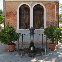 Au fil des rues... Burano (Yvette Gauthier) Tags: venise venezia fontaine italie burano