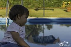 Reflexionando sobre el futuro... (Niobae) Tags: naturaleza andalucía huelva piscina niña bebé verano campo pensativa