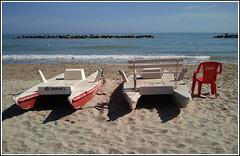 Cercasi bagnino di salvataggio.... (Maulamb) Tags: sedia cocacola pattini mosconi sabbia