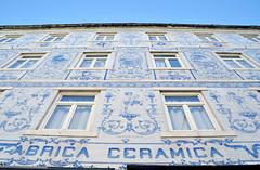 Lisbona - Fabrica ceramica (Celeste Messina) Tags: windows ceramica portugal wall architecture ceramics symbol pov lisbon edificio perspective parete architettura lisbona azulejos portogallo prospettiva finestre tipical simbolo tipico tende fromthebottom dalbasso architetturatipica