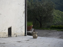 Acone_e-m10_1005065276 (Torben*) Tags: italien italy wall wand tuscany vase toskana acone rawtherapee olympusm1442mmf3556iir olympusomdem10