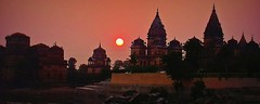 INDIEN, Chattris in Orchha am Abend, 14011/6850 (roba66) Tags: city travel india house building history tourism monument arquitetura architecture reisen asia asien cityscape platz urlaub capital kultur tomb culture haus places visit historic explore mausoleum stadt architektur historical tradition indien bau faade fassade inde historie voyages huser geschichte grabmal orchha northernindia kulturdenkmal chhatri tikamgarh betwariver pradesh roba66 madhya indiennord kenothaps indienchattrisinorchhaamabend chattrisinorchhaamabend