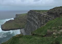 les micro-humains sur la méga falaise (laetitiablableuz) Tags: ocean ireland nature beautiful grass de landscape europe clare north eire cliffs coastline falaise moher nord comte herbe irlande atlantique littoral