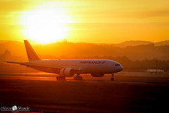 F-GSPT Air France Boeing 777-228(ER) (Marciobien) Tags: sunset pordosol sun sol sunshine plane airplane 7d boeing aviao tamron 777 airfrance aviao guarulhos gru pds spotter avioes aeronave spoter basp canoneos7d canon7d 777228 tamronaf18270mm boeing777228 marciobianchi marciobien