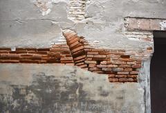 Dtail mur de brique - Montauban (82) France (Leskat) Tags: quercy montauban dtail mur brique