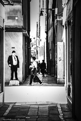 View from a little street ... like a cartoon (alessandrafinocchiaro67) Tags: street venice people white black monochrome streetlife fx nikond750