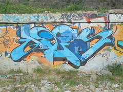 1046 (en-ri) Tags: muro wall writing graffiti blu azzurro nero arancione imperia ventimiglia fase 2015