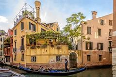 GIRO ROMANTICO (gianmaria.colognese) Tags: gondola acqua venezia canale turisti comignoli gondoliere