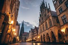 Good morning Prinzipalmarkt (Mugelone) Tags: mnster prinzipalmarkt ratuszwmnster rathaus historischesrathausmnster westfalen westflischerfrieden sonya7r zeissloxia2821 dawn morgens licht lights