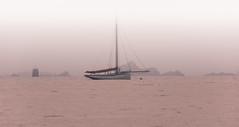 le Reder Mor attend dans la brume (Francois Le Rumeur) Tags: ocean pink sunset mer rose fog island evening boat nikon foggy hd bateau soir brouillard mor brume coucherdesoleil iles dockbay reder trnez d7100