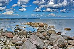 An der Ostsee (garzer06) Tags: blau wolken himmel wolkenhimmel ostsee wasser steine wellen deutschland weis inselrgen mecklenburgvorpommern insel vorpommern rgen naturephotography landschaftsbild naturfoto landscapephotography landschaftsfoto landschaftsfotografie buhnen holzbuhnen