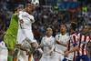 El defensa del Real Madrid Sergio Ramos y el portero del equipo, Iker Casillas, intentan despejar el balón, durante el partido de vuelta