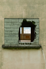Through the wall (Axel Aujal) Tags: street urban grenoble ville