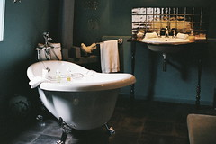 Maison Stella Cadente (Daphne Marceau) Tags: leica travel stella color bathroom bath kodak summicron 400 40mm portra 400iso provins minilux cadente filmisnotdead