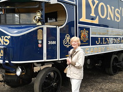 Lady with a Sentinel 6-wheeler (Snapshooter46) Tags: lady sentinel lyons 6wheeler steamwagon deliverylorry uw2522