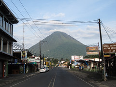 "La Fortuna: vue sur le volcan Arenal depuis la rue principale <a style=""margin-left:10px; font-size:0.8em;"" href=""http://www.flickr.com/photos/127723101@N04/26295647623/"" target=""_blank"">@flickr</a>"