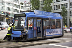 Das Heck des R3-Wagen 2213 ist deutlich beschädigt (Frederik Buchleitner) Tags: 2213 entgleisung gleisdreieck kollision linie17 munich münchen r3wagen swagen stadler strasenbahn streetcar tram trambahn variobahn wendedreieck wendehammer