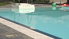 Am Schwimmingpuhl der Luxusresidenz Ronco la Monda kann niemand wirklich entspannen. Im Hintergrund der ortsübliche Krach der gewerblichen Baustellen-Helikopter. Der Lärm hat die Kinder vertrieben. (王磊爱) Tags: swimmingpool hubschrauber lärm schwimmbad helikopter orselina krach schwimmbecken lebensqualität fluglärm vp23 luxusresidenz roncolamonda vp23public