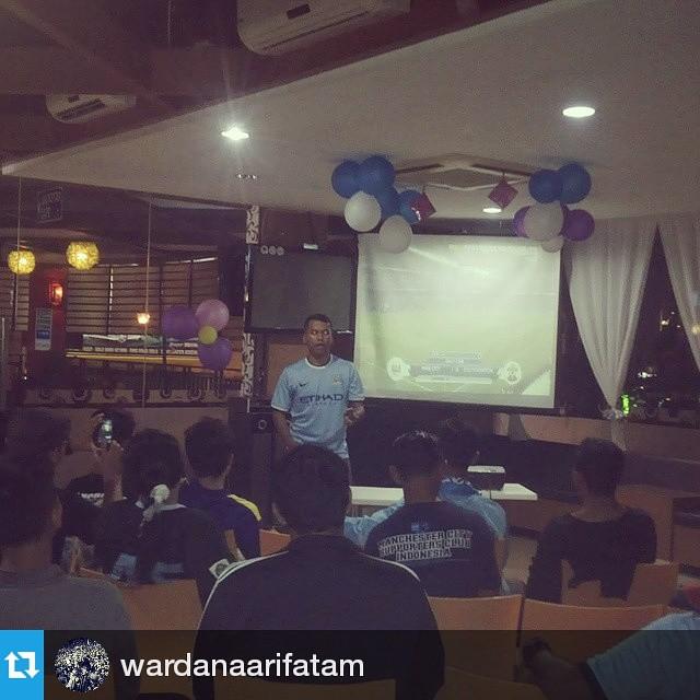 Lokasi Nobar: #Regram @wardanaarifatam ・・・ Saat pembagian hadiah pada waktu half time Cc: @mcscisolo