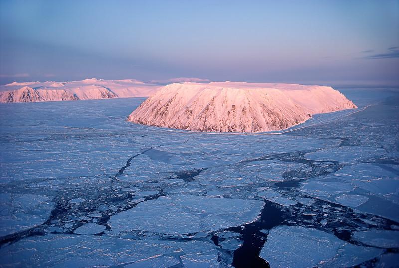 Vào mùa đông họ có thể đi qua lại quãng đường chưa đến 3km để qua đảo kia