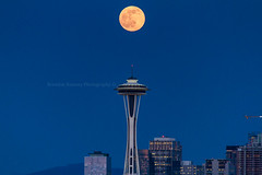 I got my first photo of the full moon over the Space Needle (Brendinni) Tags: seattle skyline crane fullmoon spaceneedle bluehour seattleskyline seattlewa amazonblock14