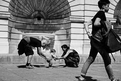 Apprendre  marcher [In Explore 2016-05-12] (LACPIXEL) Tags: life famille people blackandwhite paris france blancoynegro nikon flickr child gente noiretblanc walk montmartre parent vida padres enfant nino personnes gens vie andar marcher d4s nikonfrance scnedelavie lacpixel