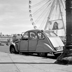 Place de la Concorde (Nicolas -) Tags: camera old bw paris france 120 6x6 film monument car wheel analog vintage mediumformat place citroen visit tourist voiture nb retro collection nostalgia bronica concorde 2cv collectible nikkor ilford fp4 attraction visite nostalgie s2 roue patrimoine clich touriste pellicule deuxchevaux 125iso lc29 moyenformat zenza nicolasthomas rapidfixer