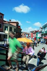 Colori in movimento a Burano (ie-ia) Tags: street verde canon colore ponte urbano venezia burano mosso camminare lungheesposizioni