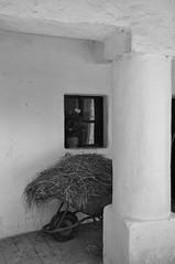 Weinviertel Niederöstrreich Museum Niedersulz DSC_0562SW (reinhard_srb) Tags: museum fenster innenhof heu historisch bauernhaus arkade weinviertel schubkarre niedersulz niederöstrreich